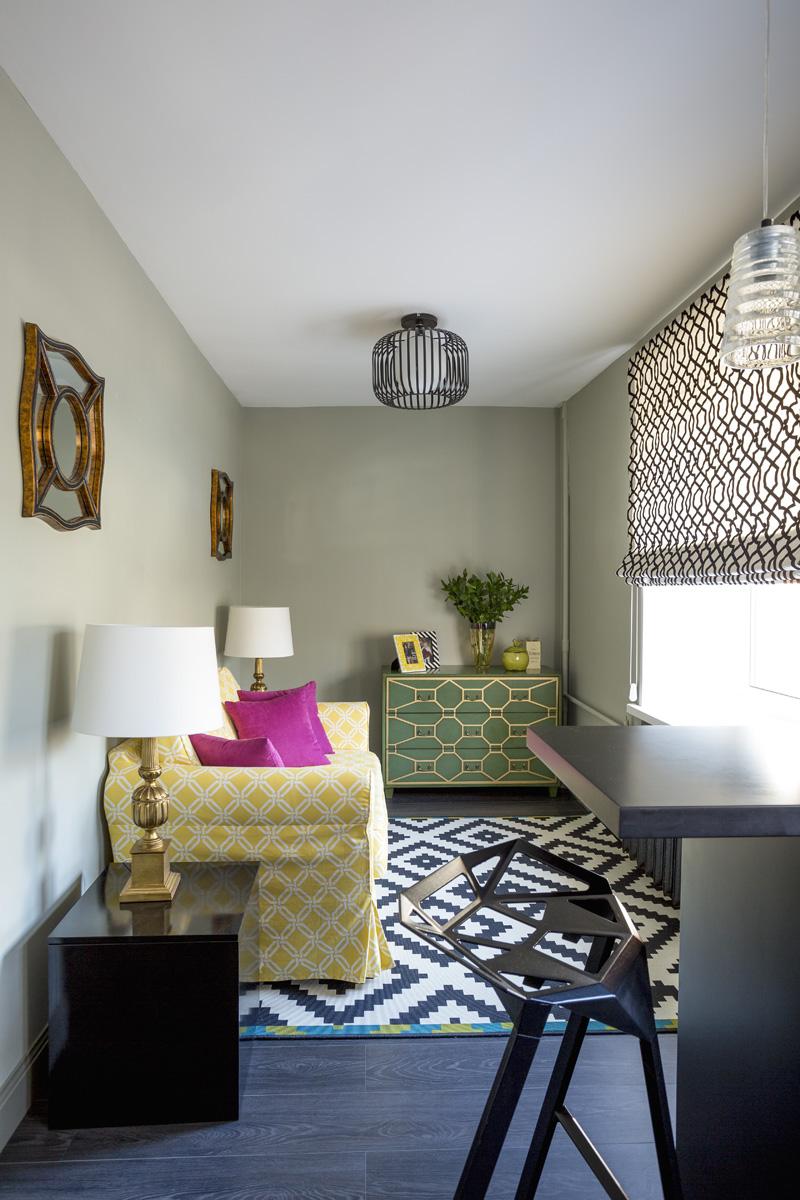 Малогабаритный диван в небольшой гостиной