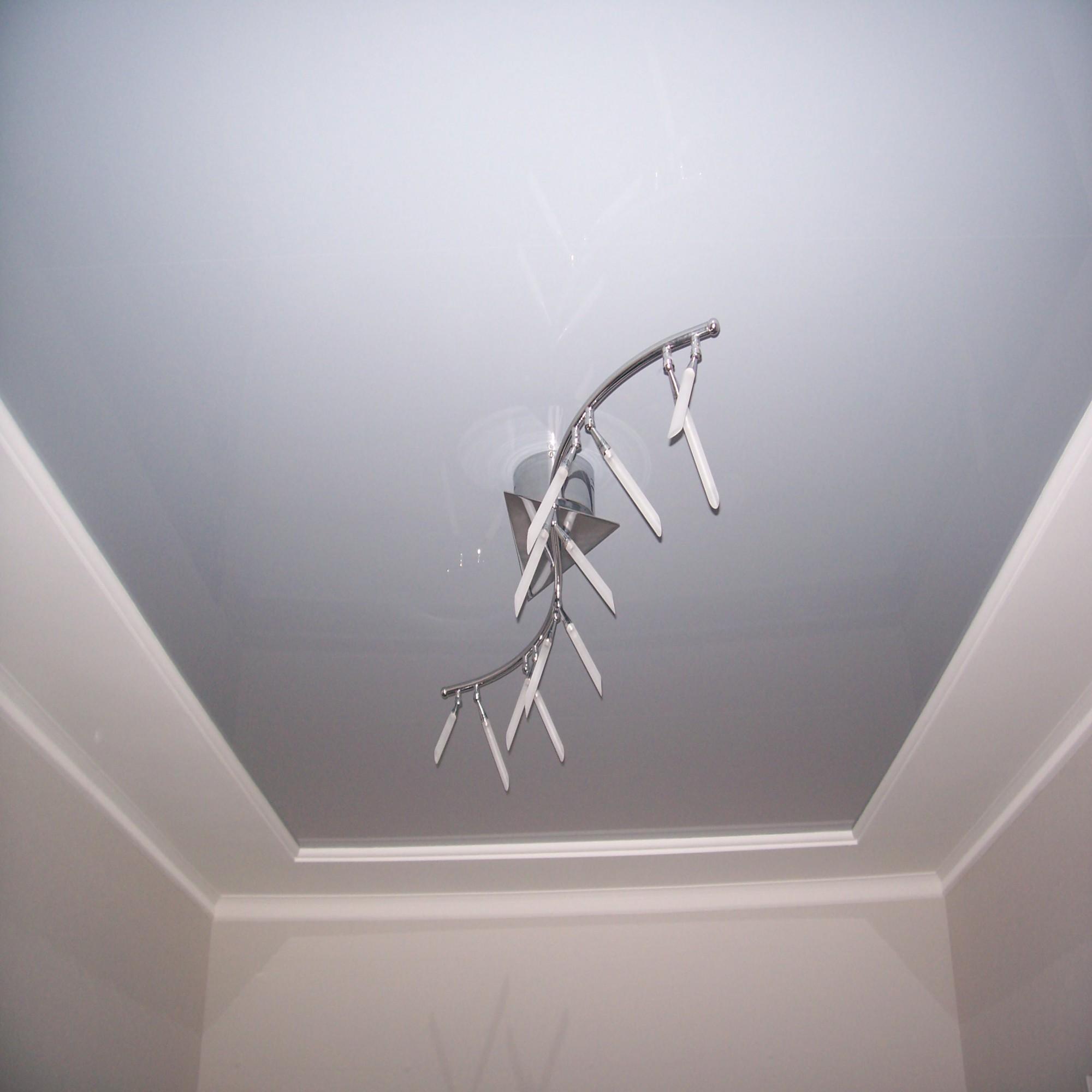 Серый натяжной потолок в гостиной