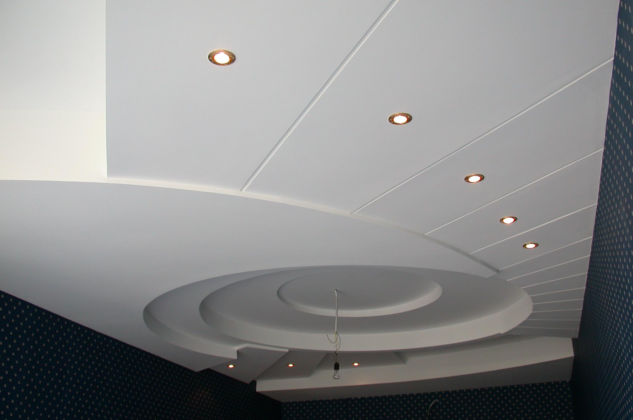Потолок из панелей ПВХ в гостиной