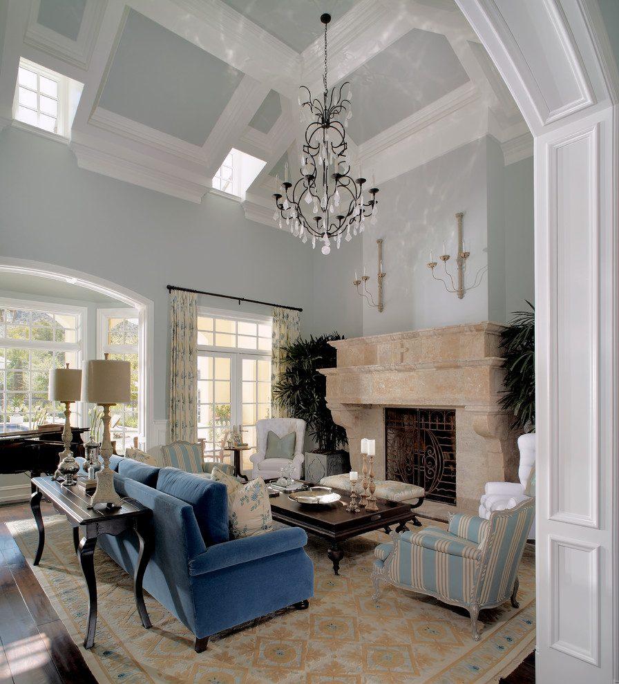 Голубой потолок в гостиной