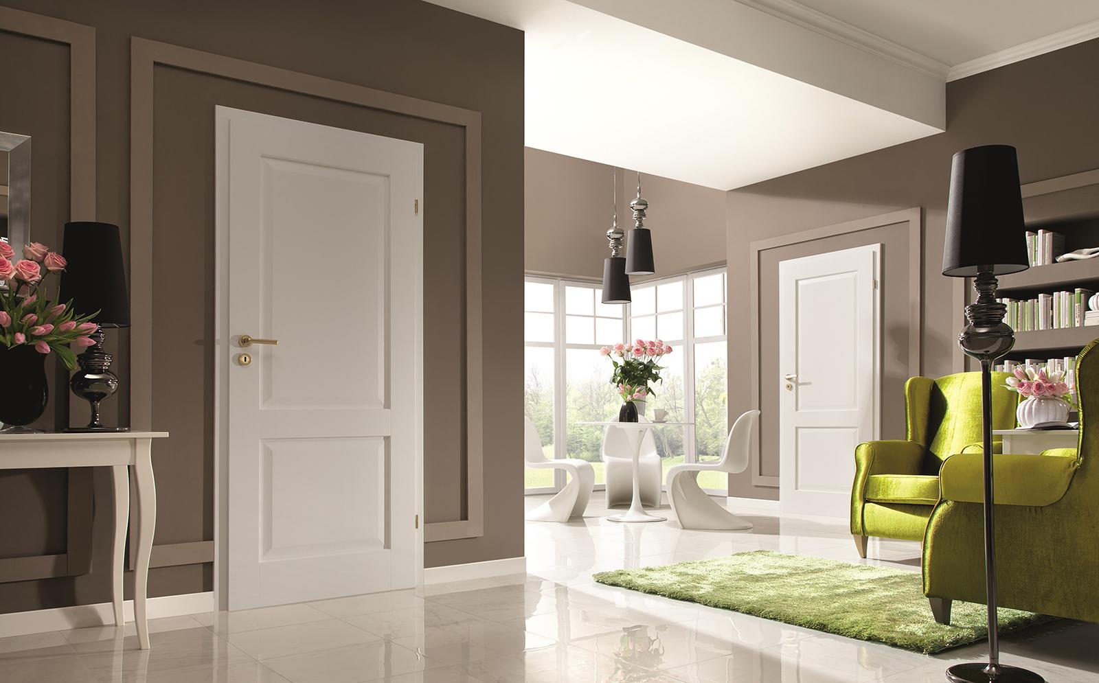 Светлая дверь в интерьере гостиной