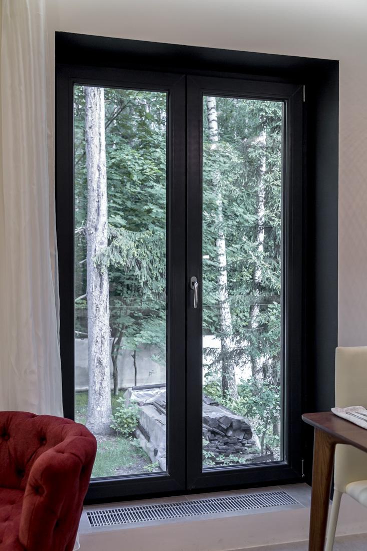 Черная дверь на кухне со стеклом