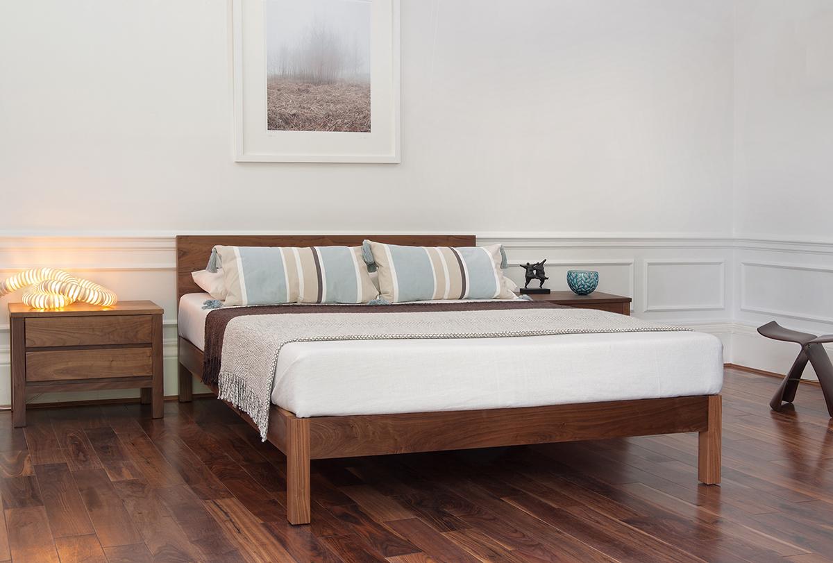 Кровать из массива ореха в интерьере