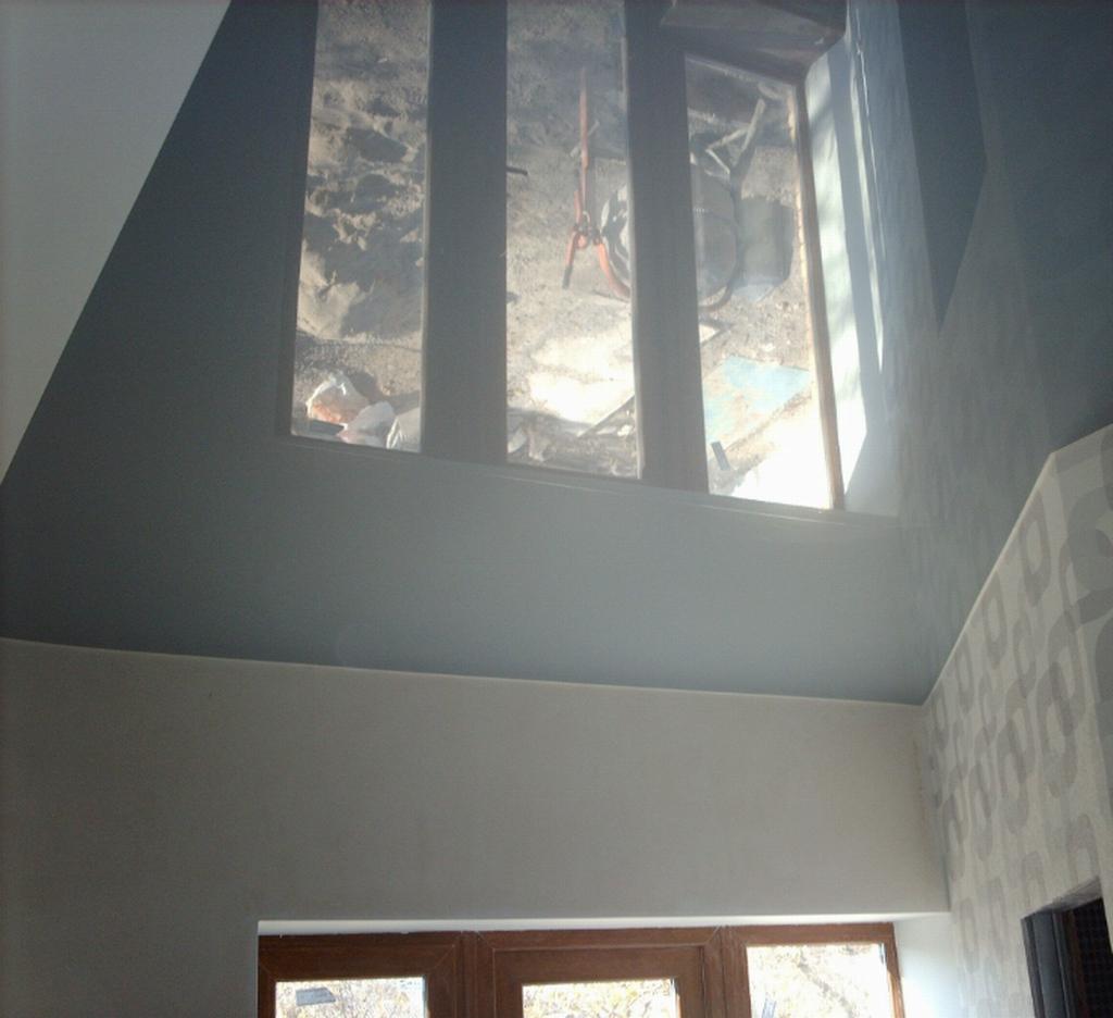 Серый натяжной потолок в интерьере