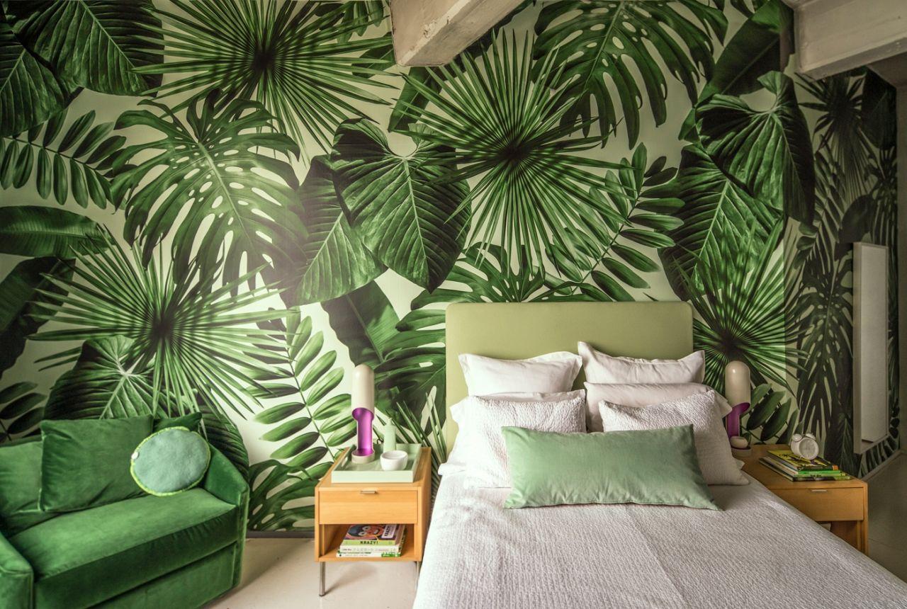 Зеленые обои с изображением листьев в интерьере