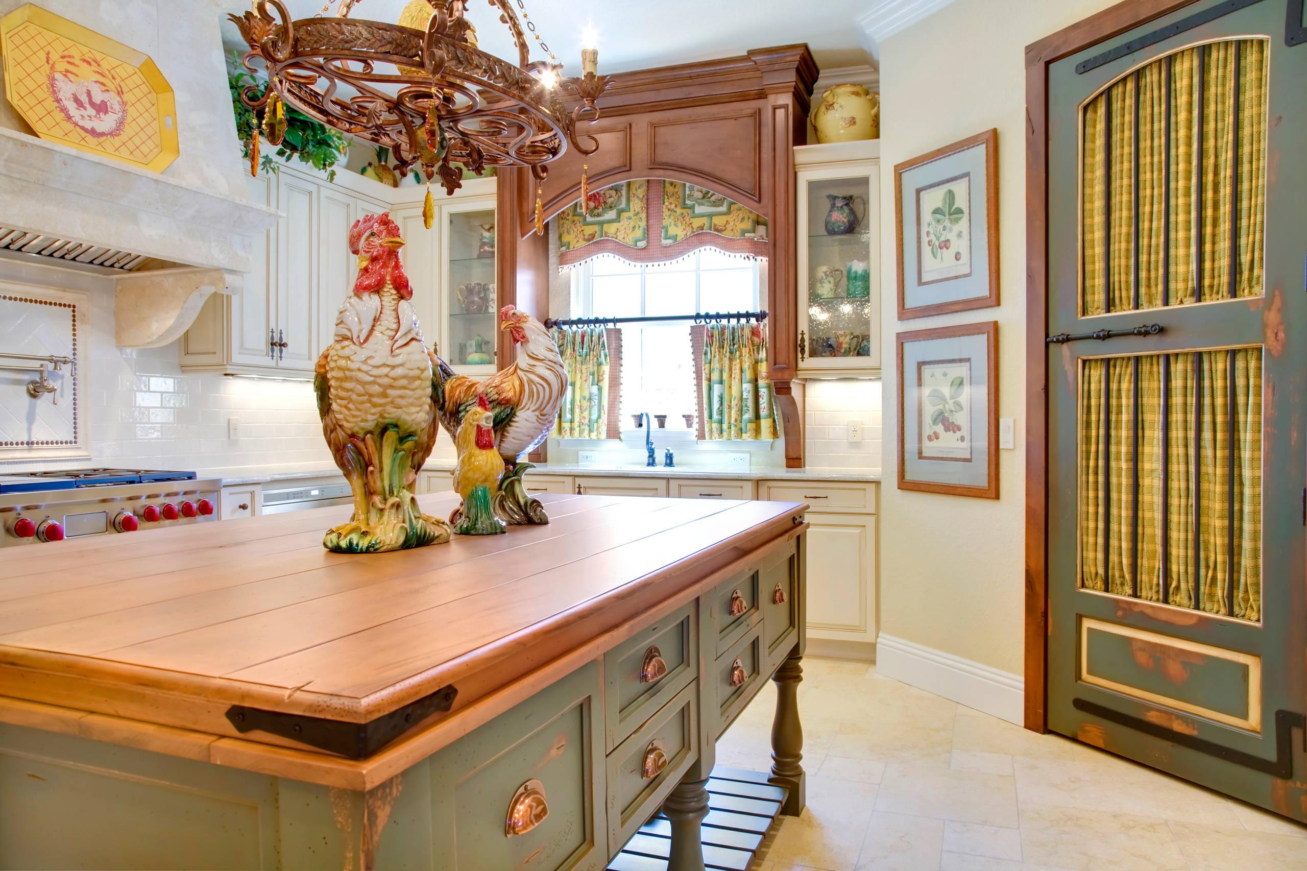 Дверь на кухню в стиле кантри