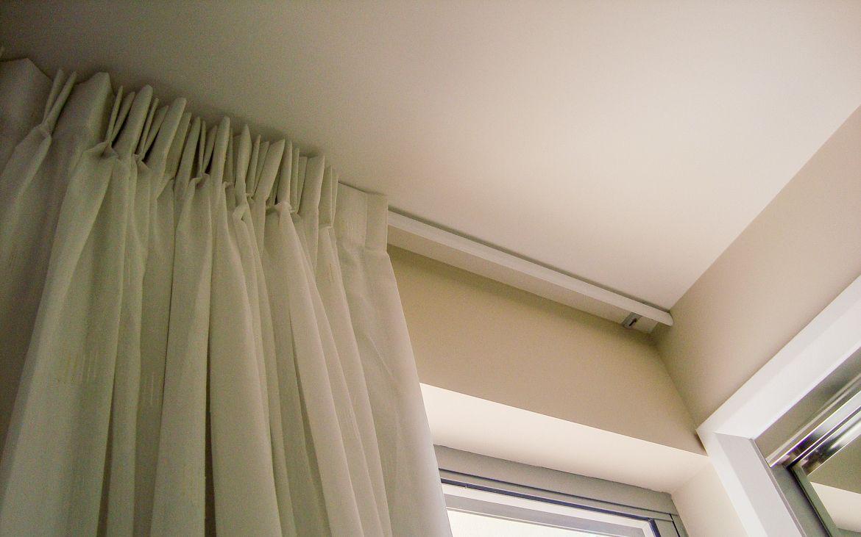Потолочные шторы на карнизе