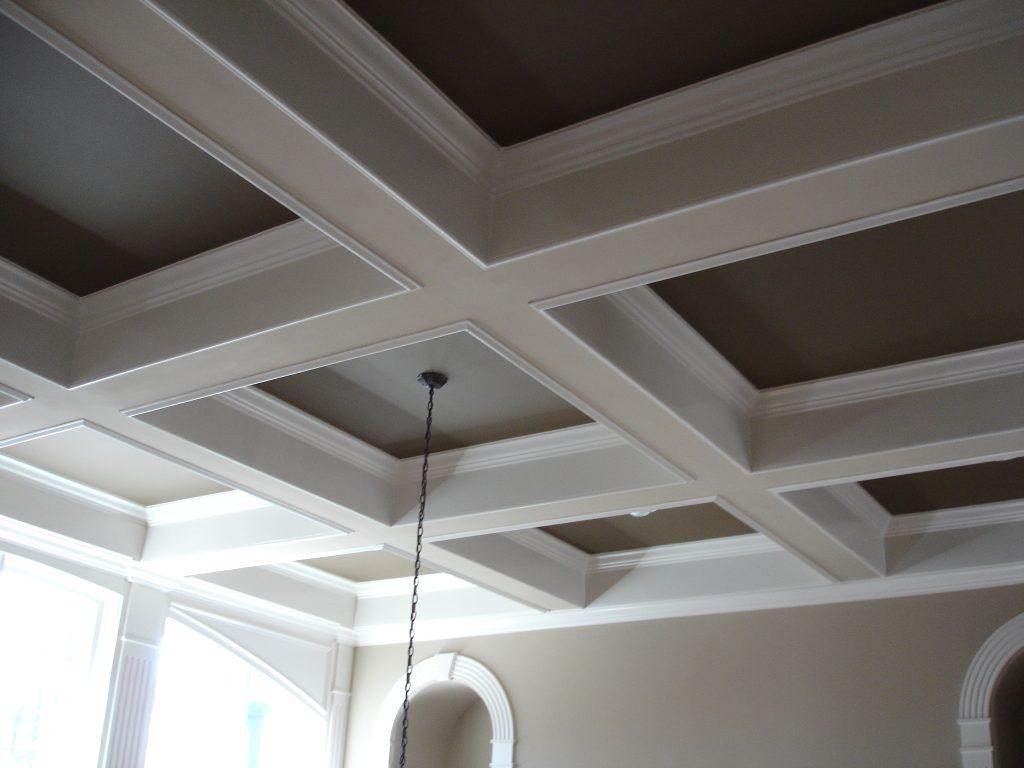 Серый кессонный потолок