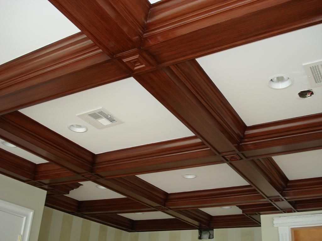 Коричневый кессонный потолок