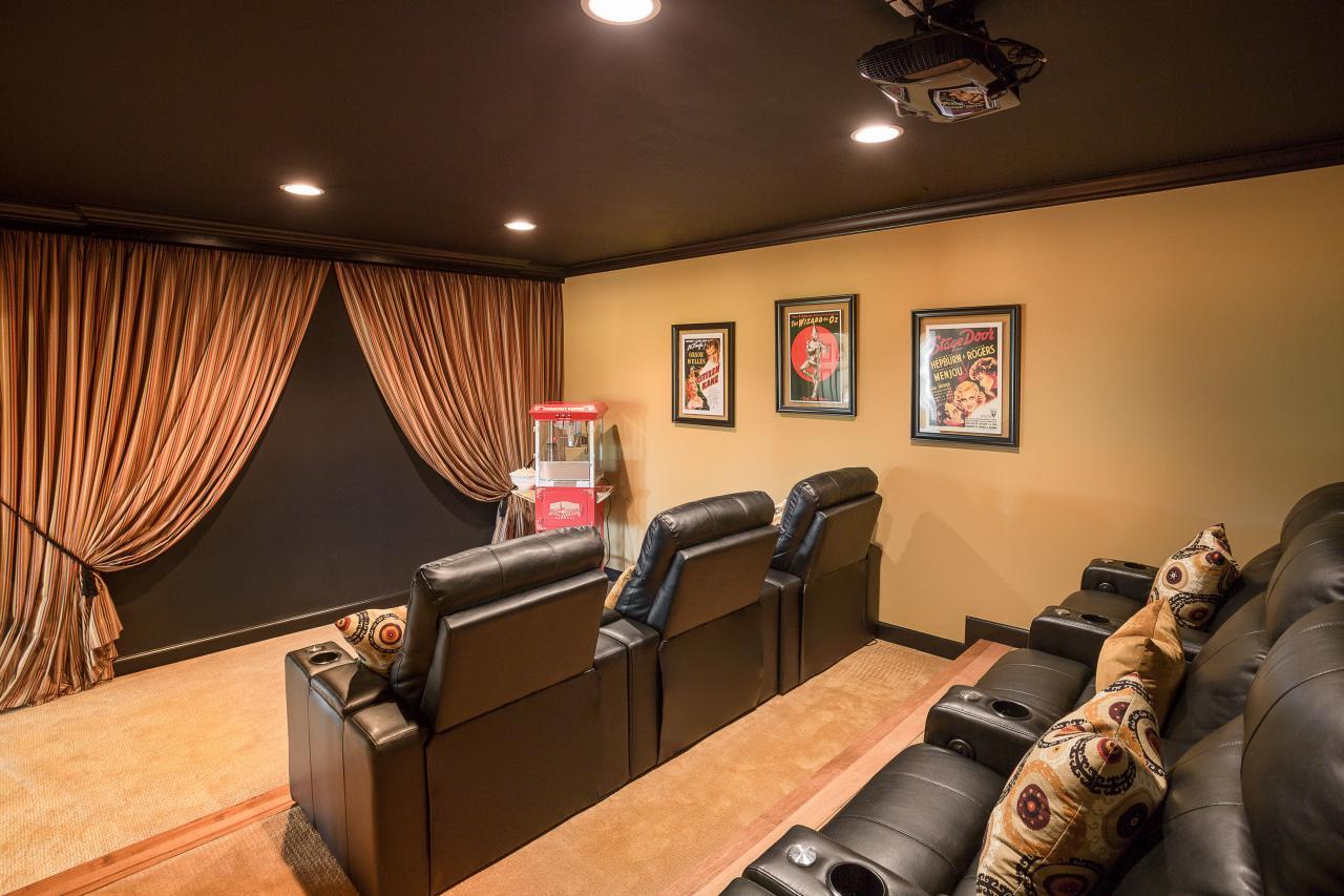 Коричневый потолок в домашнем кинотеатре