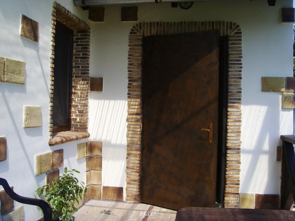 Откосы из декоративного кирпича на двери
