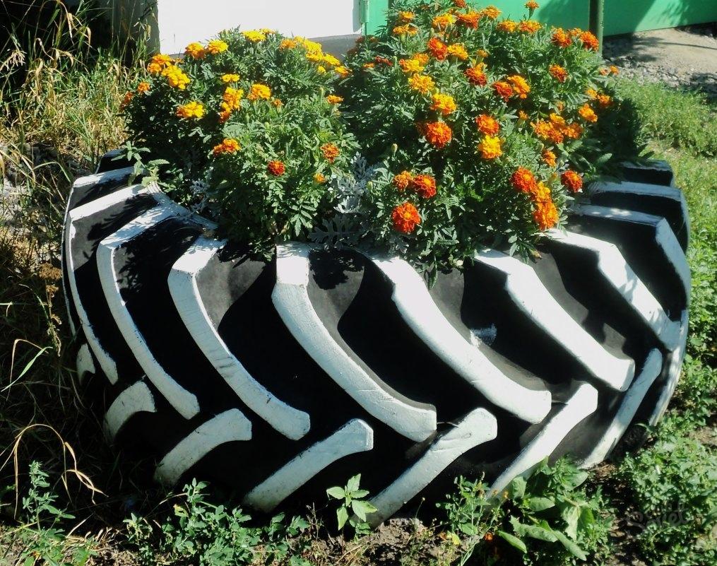 Клумба из шин для сада