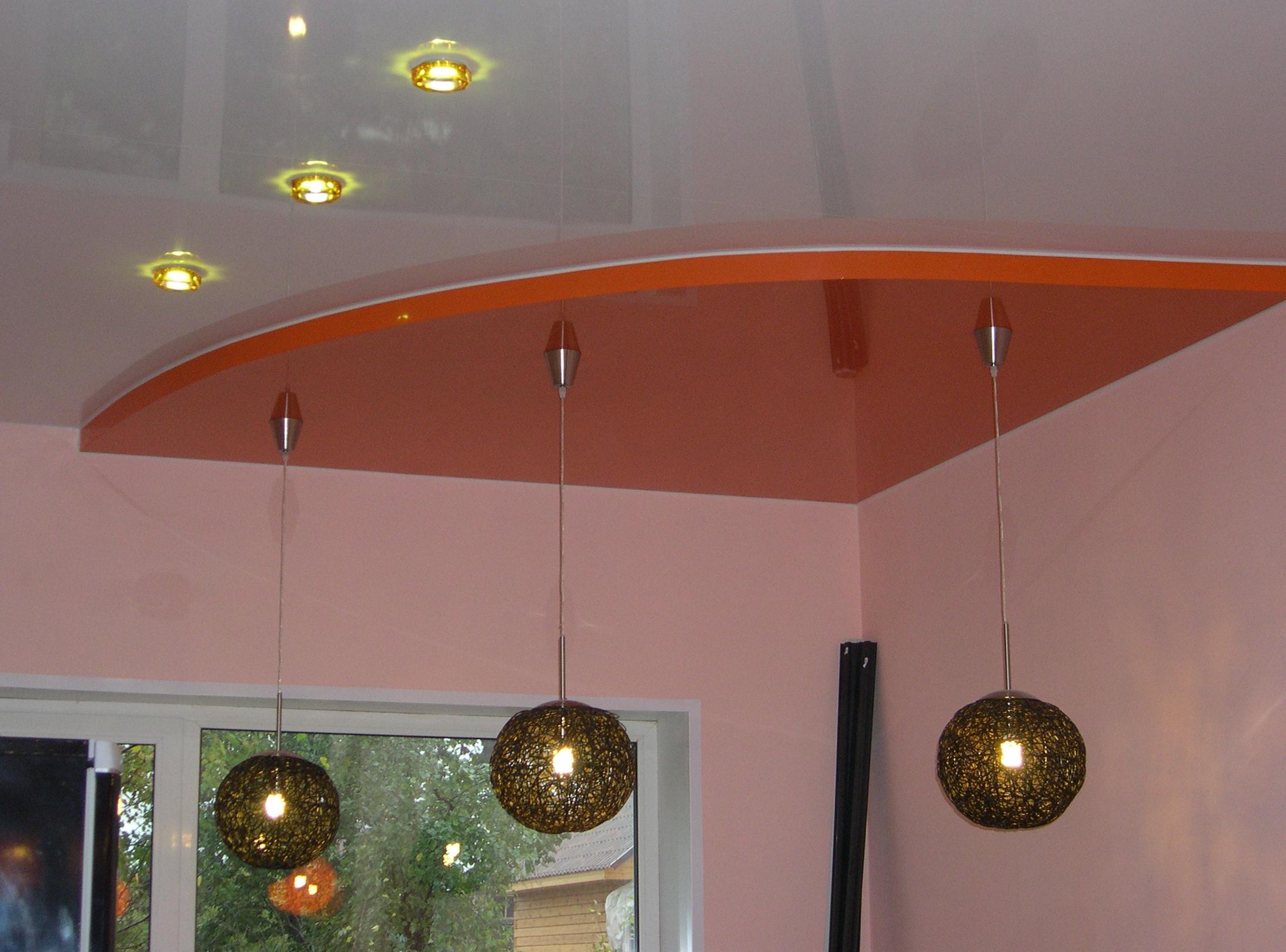 Двухцветный комбинированный потолок