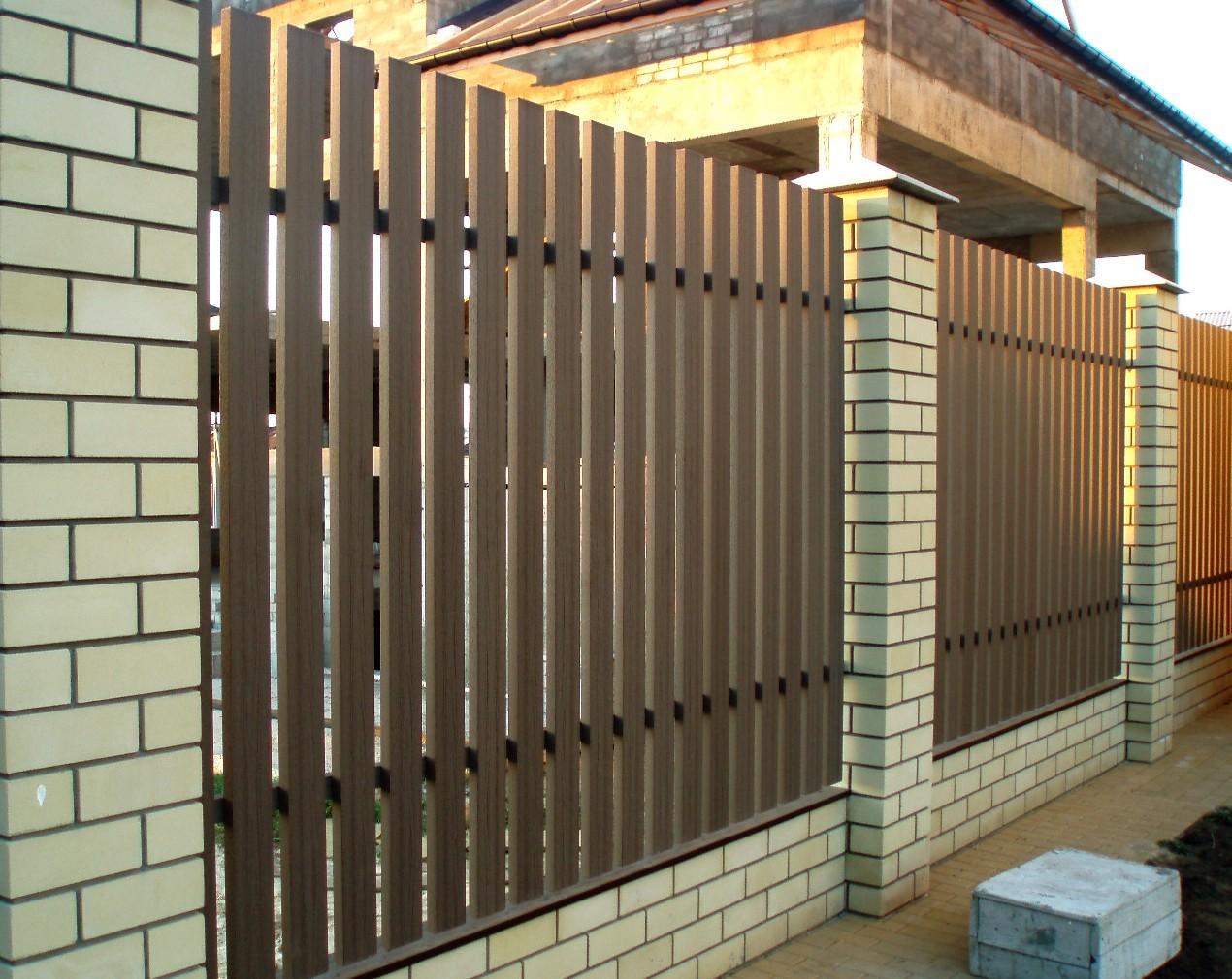 Коричневый забор из штакетника