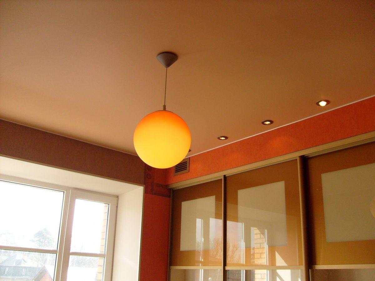 Матовый коричневый потолок