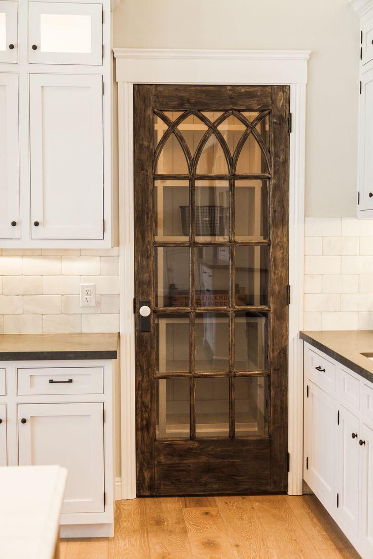 Коричневая дверь на кухню