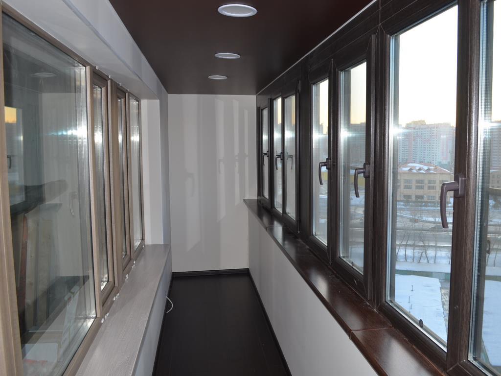 Коричневый потолок на балконе