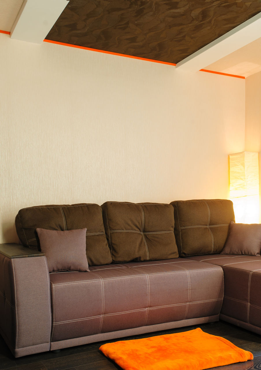 Перетяжка коричневого дивана