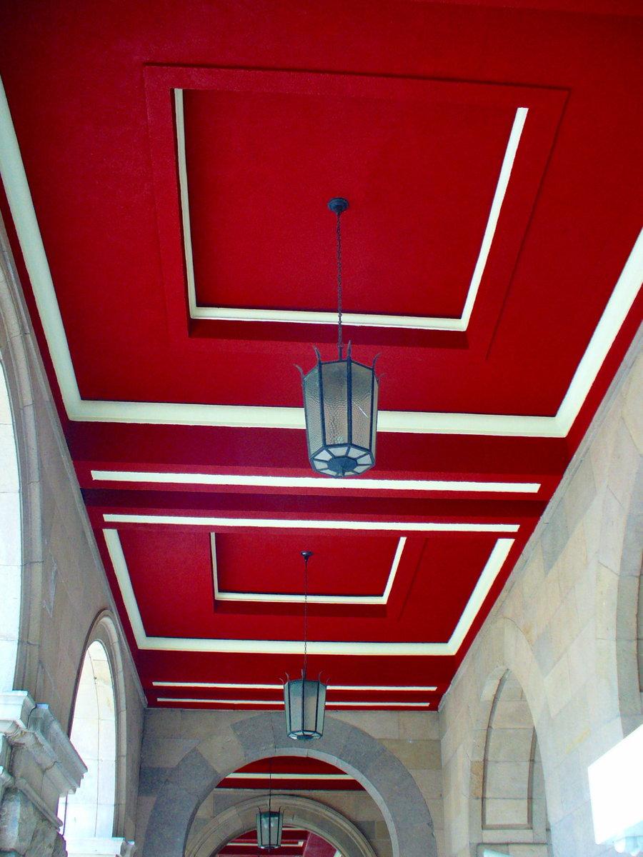 Красный потолок в коридоре