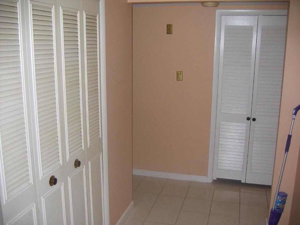 Жалюзийная дверь в коридоре