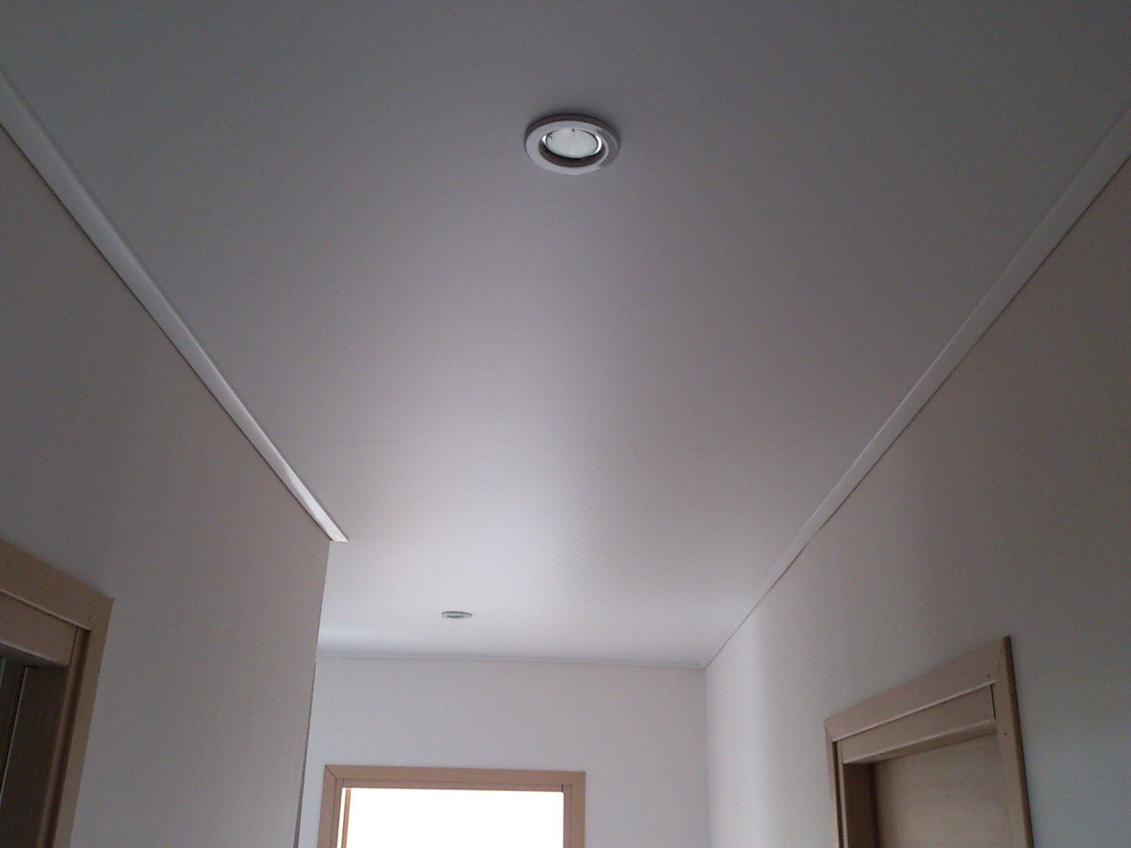 Сатиновый потолок в коридоре