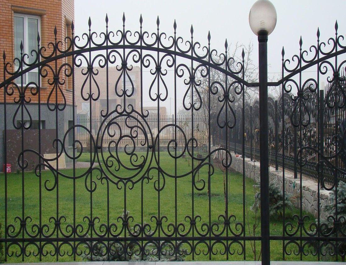 Забор из кованого штакетника