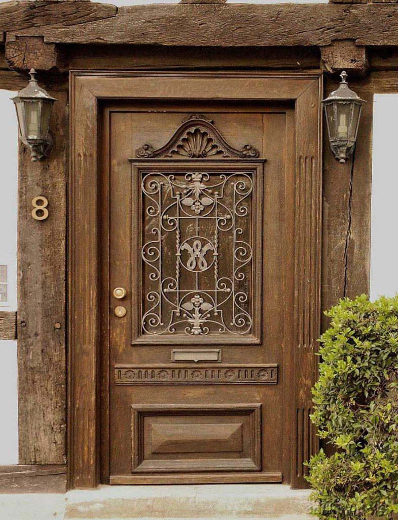 Дверь с кованым декором