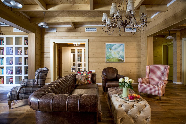 Кожаная мебель в дачной гостиной