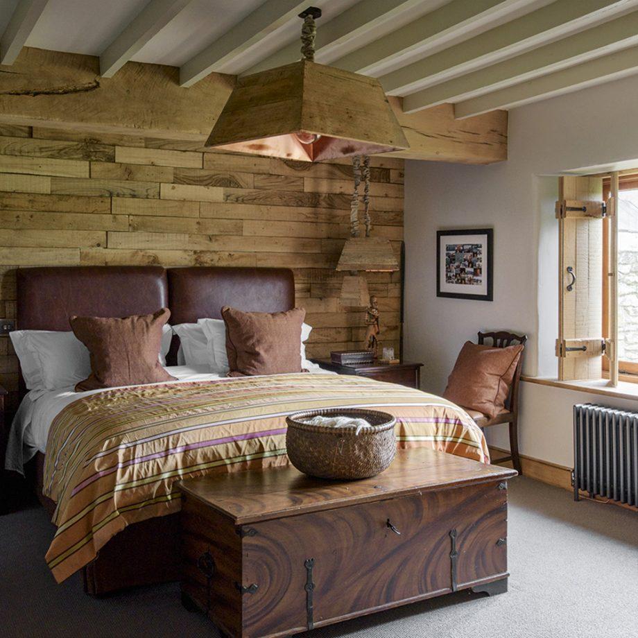 Кожаная кровать для дачи