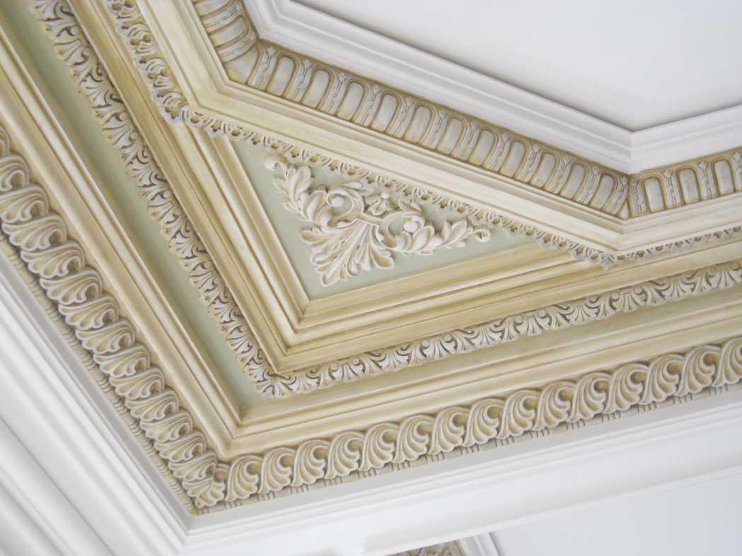 Крашеная лепнина на потолке