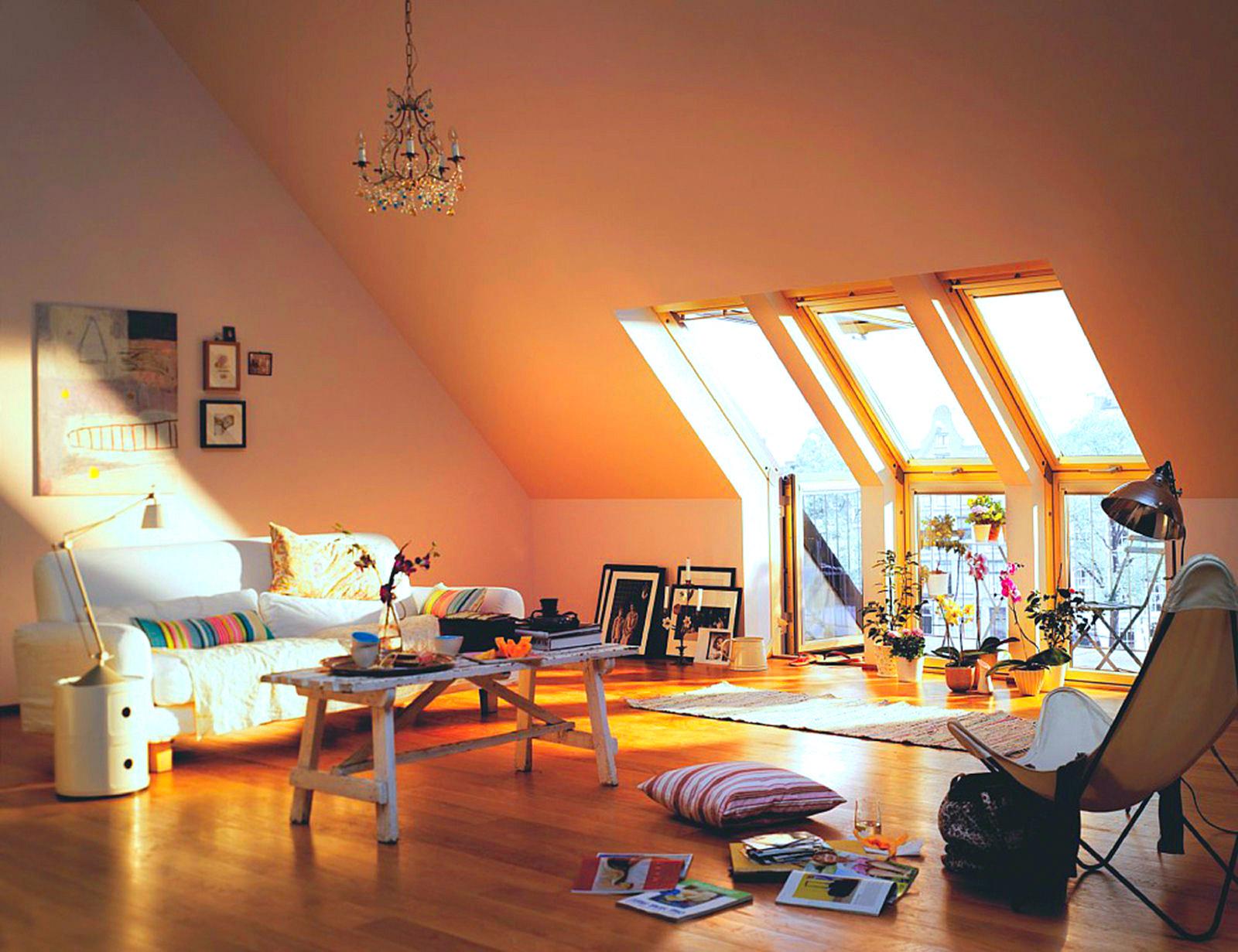 Крашеный мансардный потолок