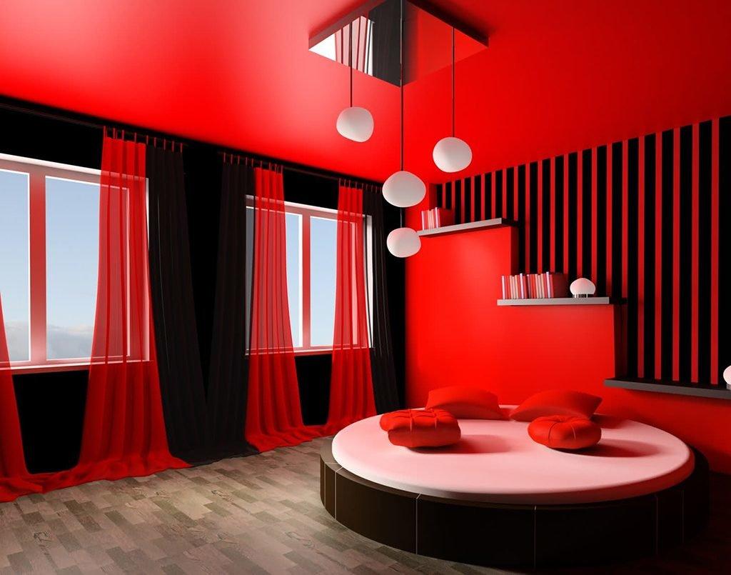 Красный крашеный потолок