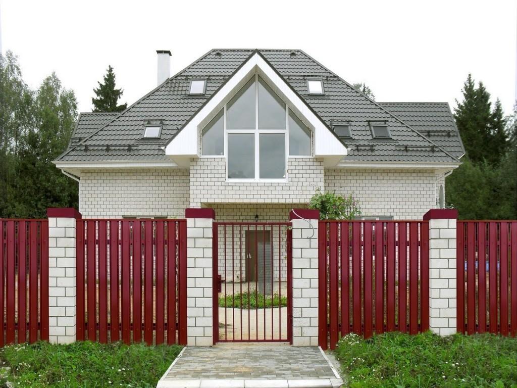 Забор из красного штакетника