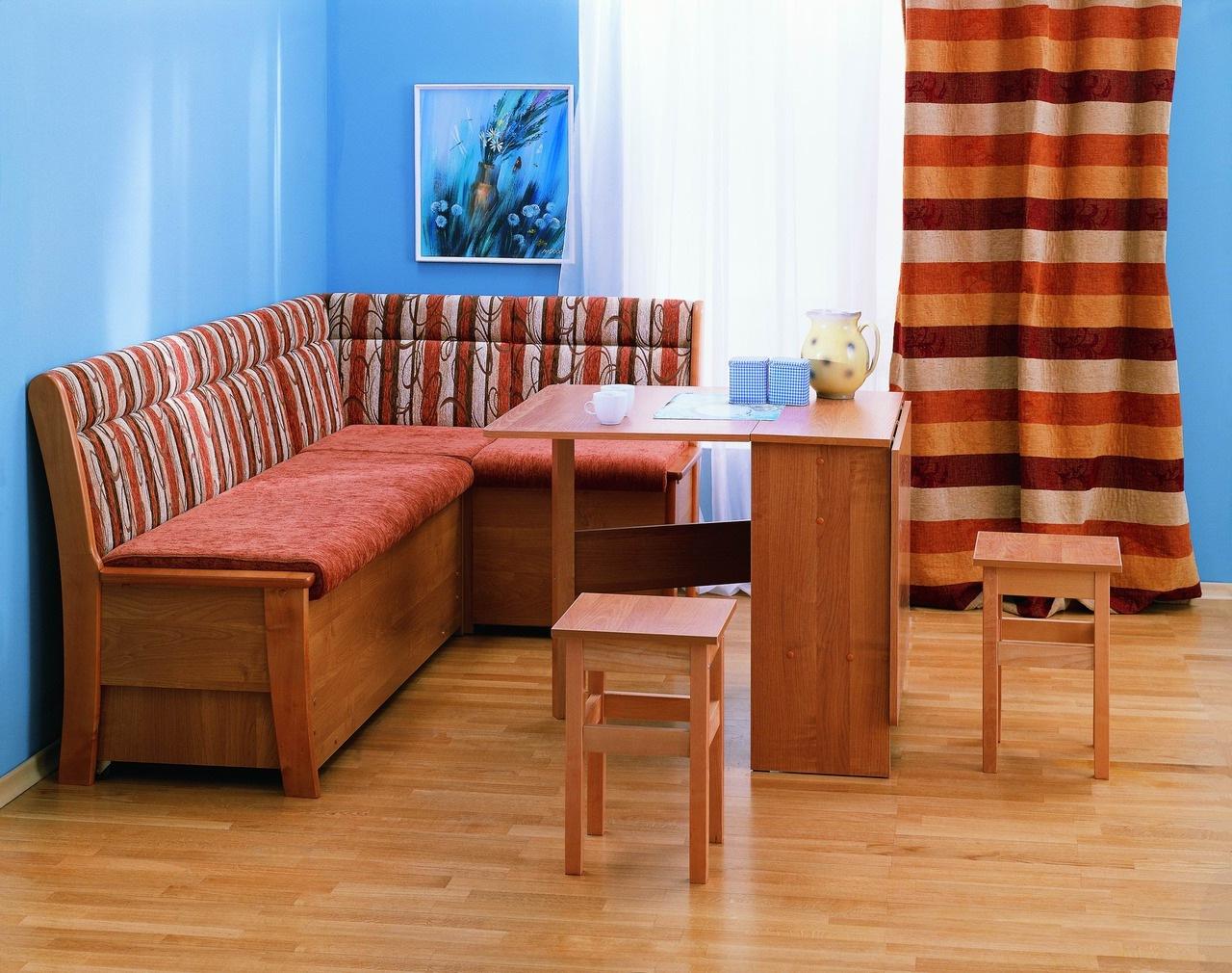 Узкий красный диван