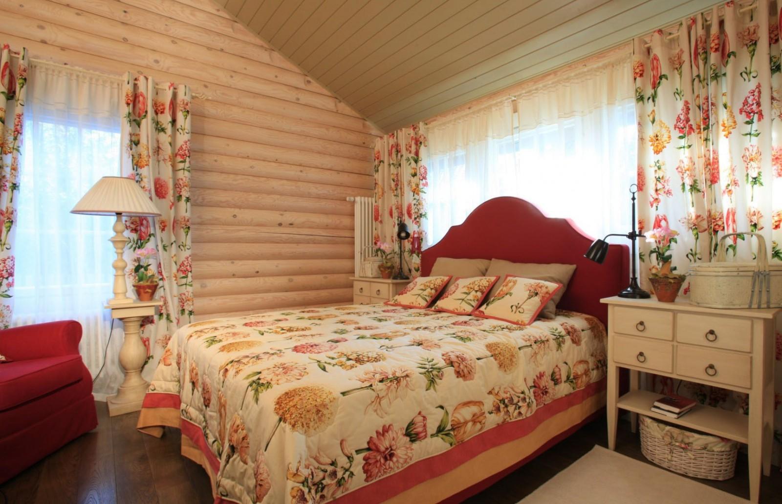 Красная кровать для дачи