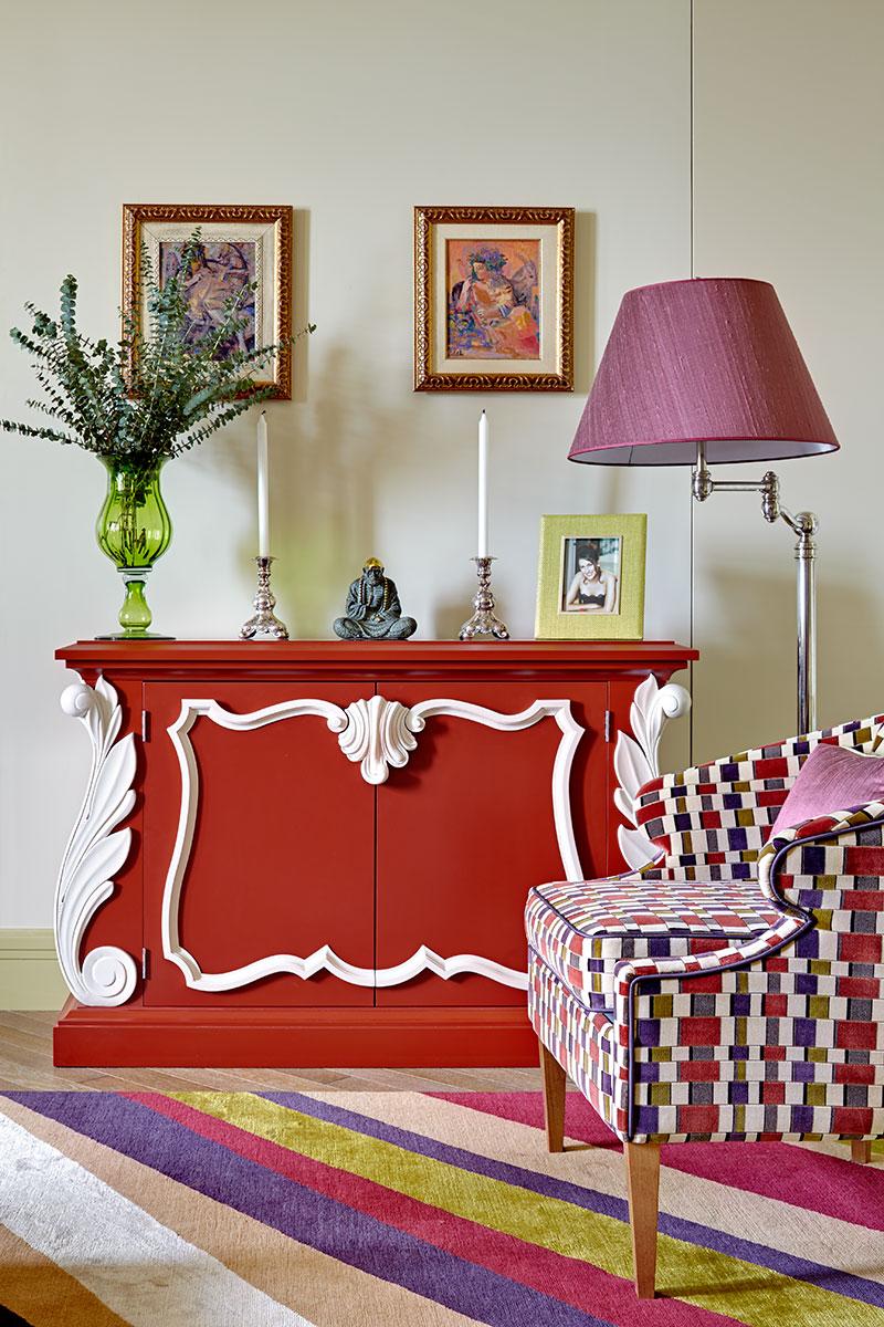 Красный комод в гостиную