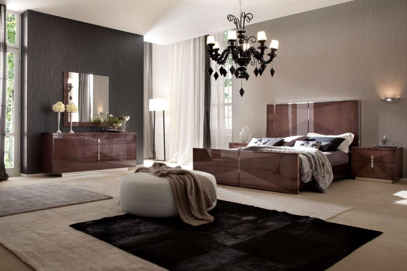 Глянцевая кровать в спальне