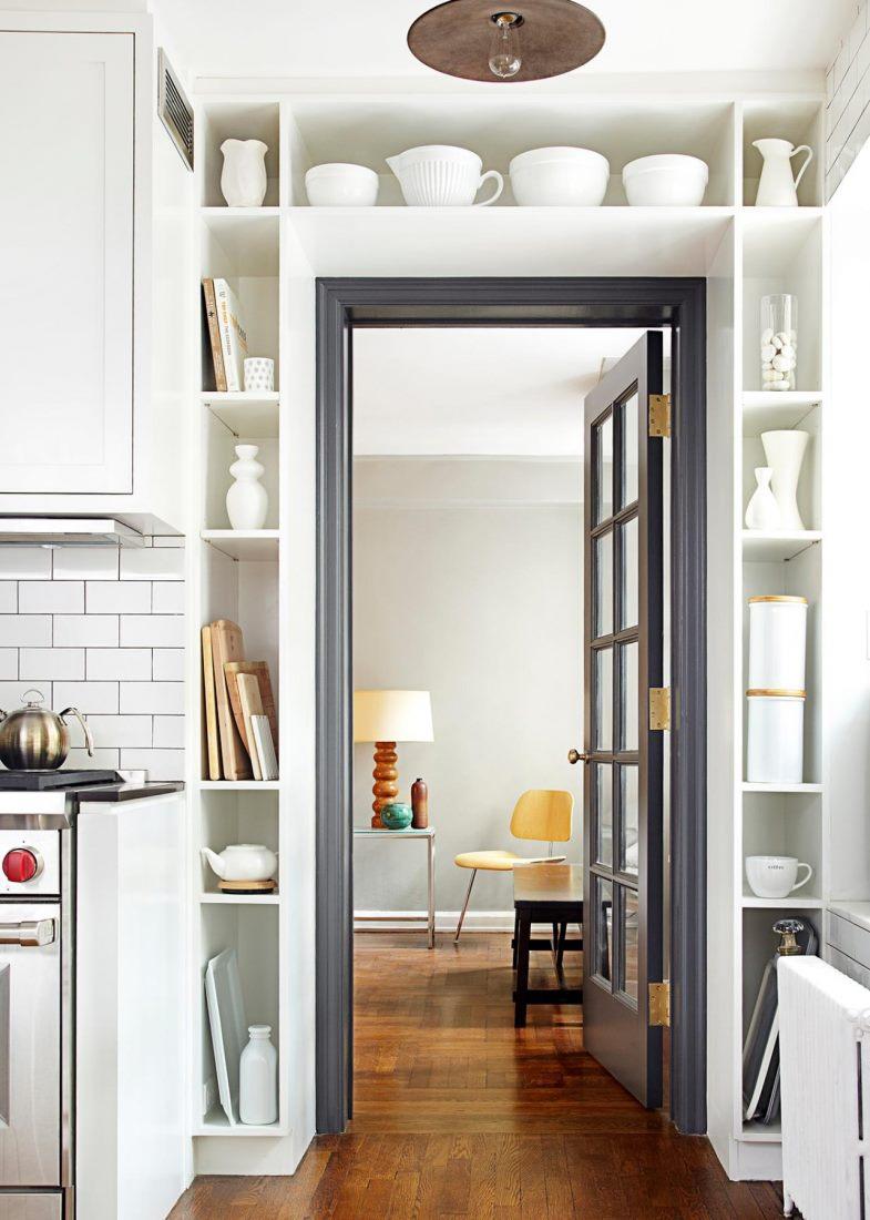 Серая дверь на кухне