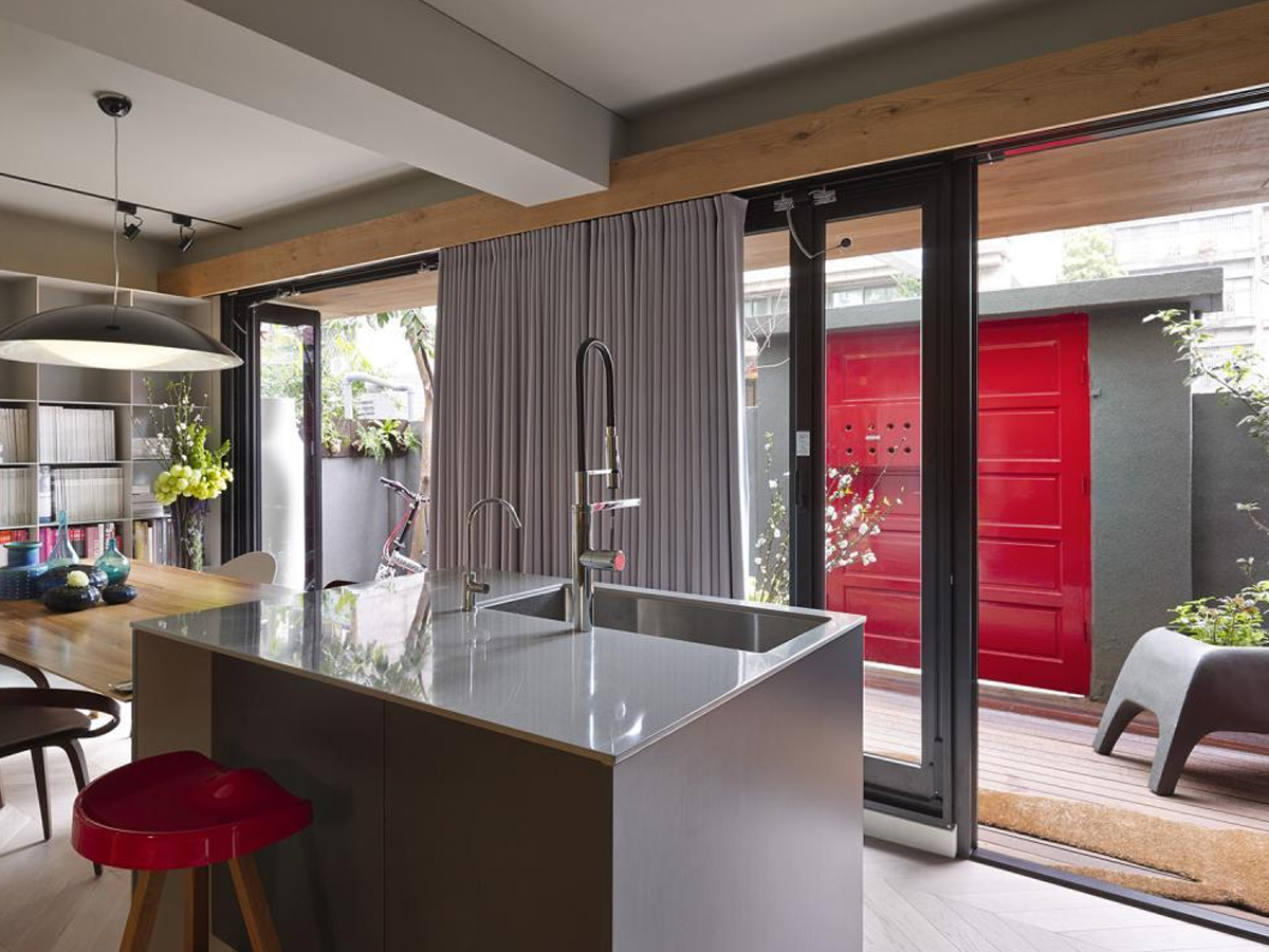 Автоматическая дверь на кухне