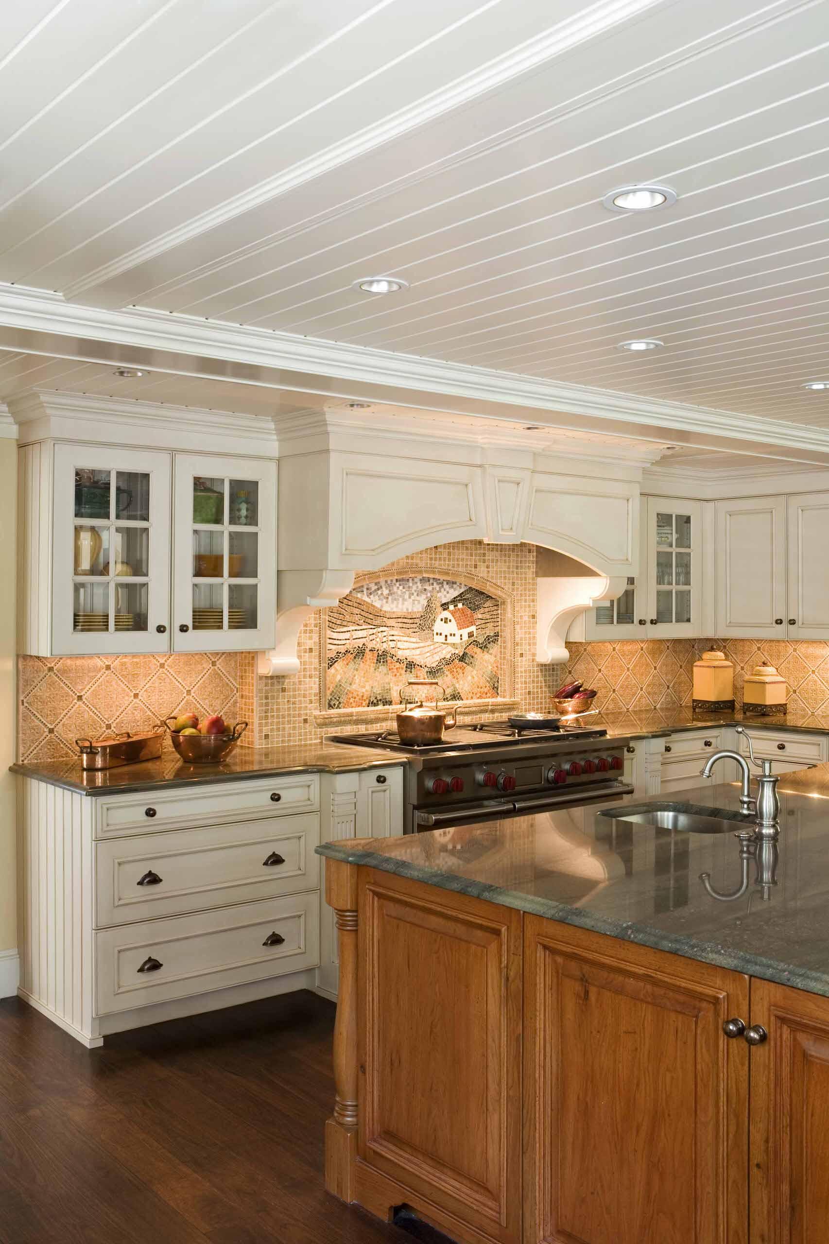 Панели на потолке кухни