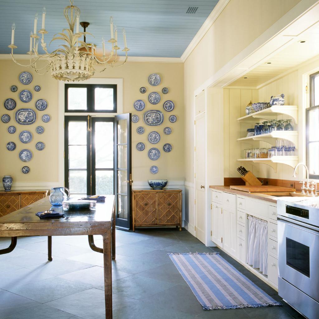 Голубой потолок на кухне