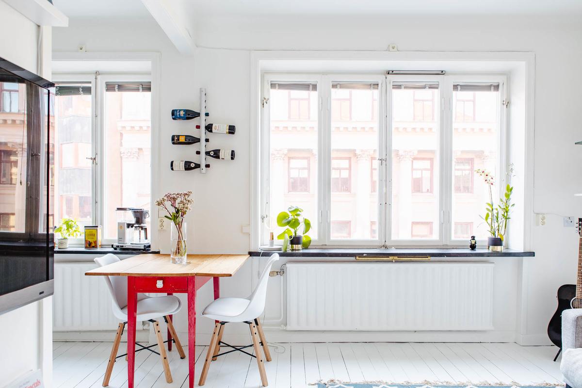 Окно без штор на кухне