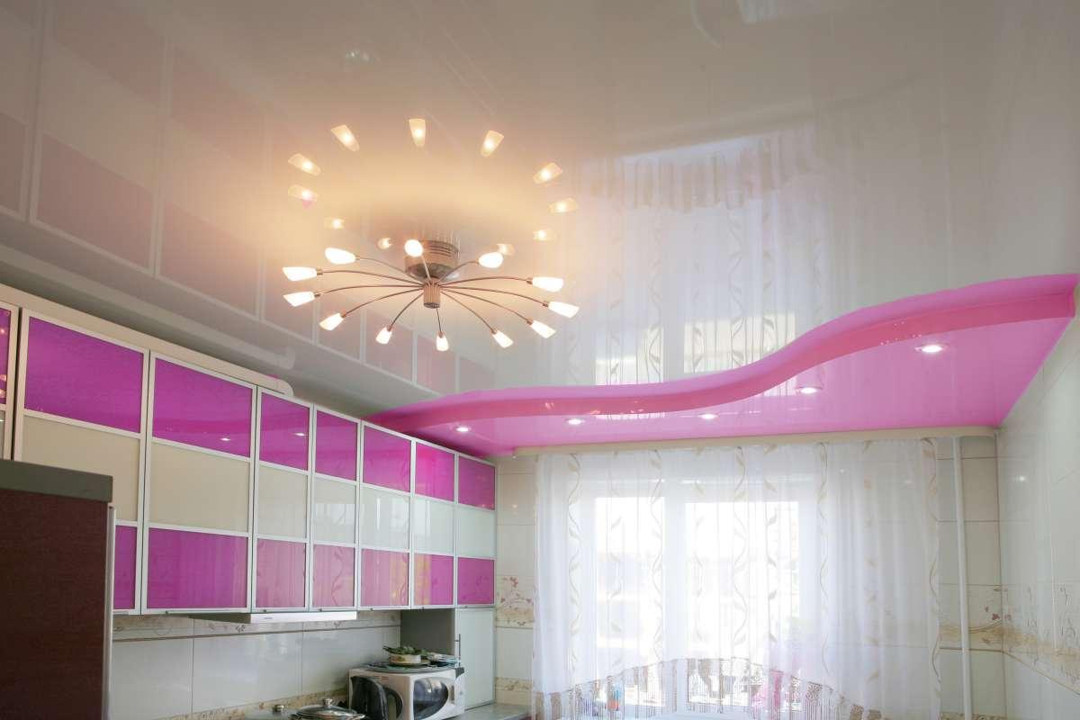 Двухцветный потолок на кухне
