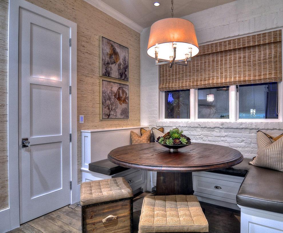 Светлая дверь в интерьере кухни