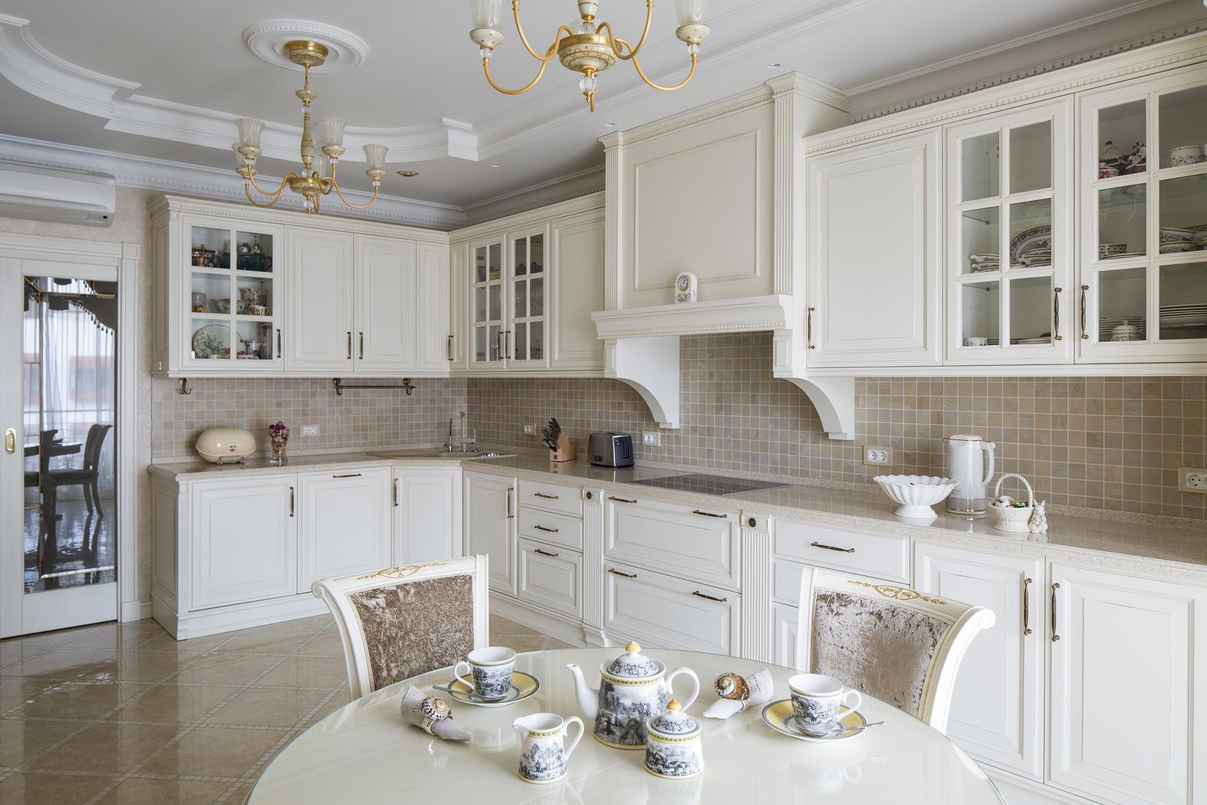 Классический потолок на кухне