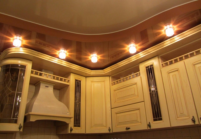 Коричневый двухуровневый потолок на кухне