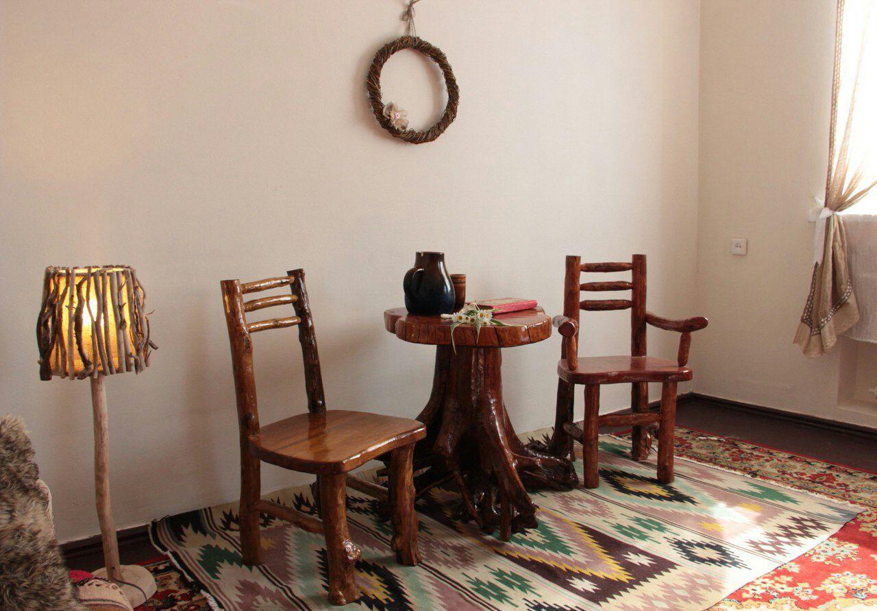 Лакированная мебель из коряг