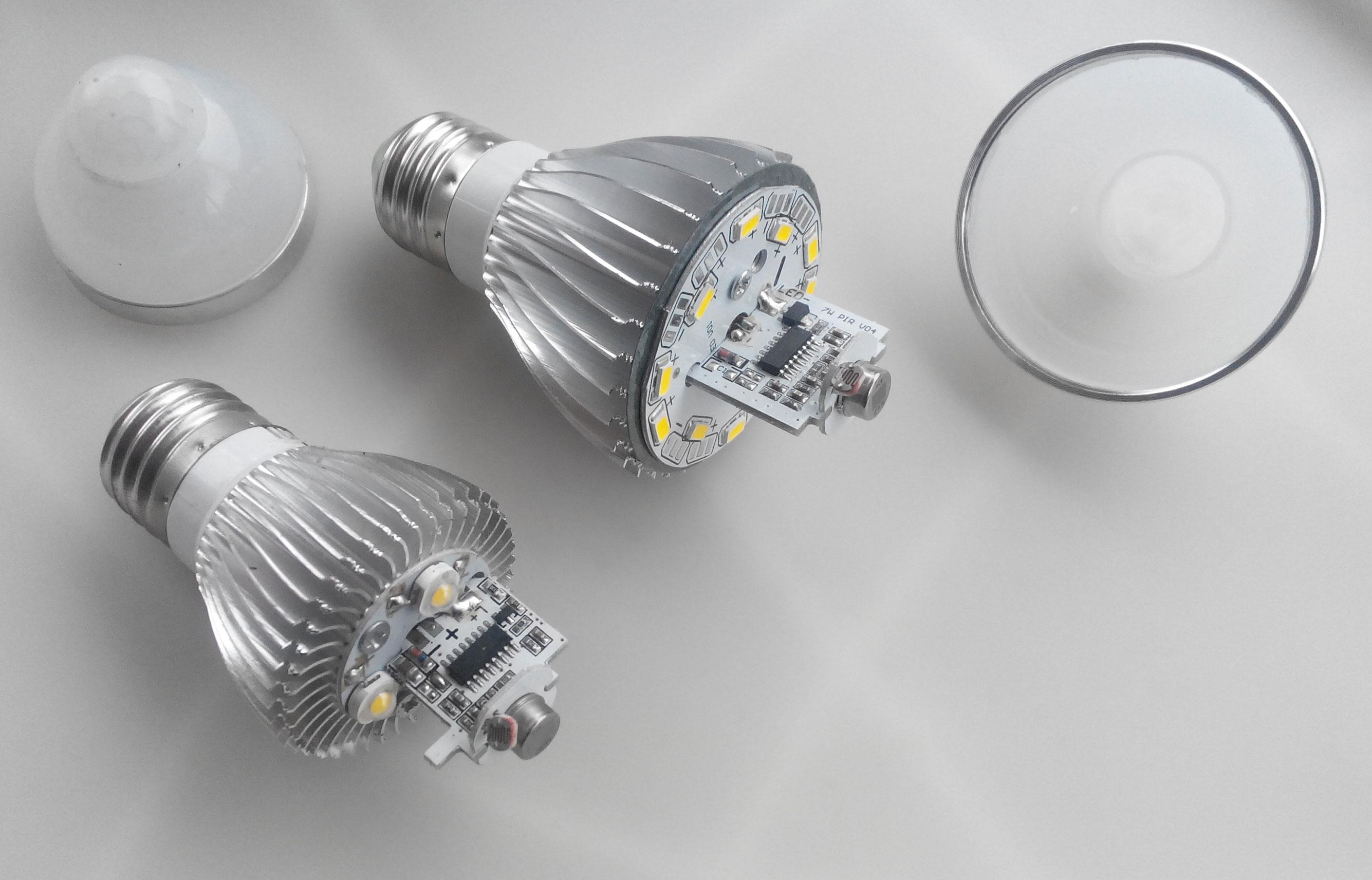 Лампа со встроенным датчиком света