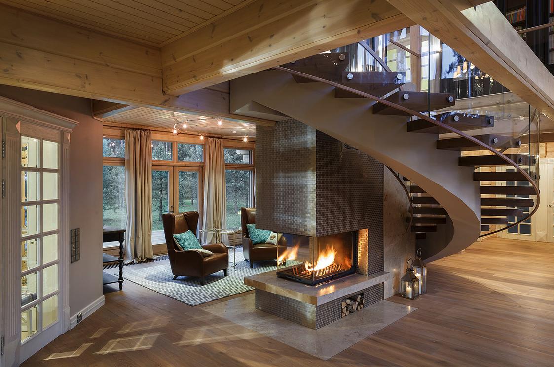 Лестница в гостиной загородного дома