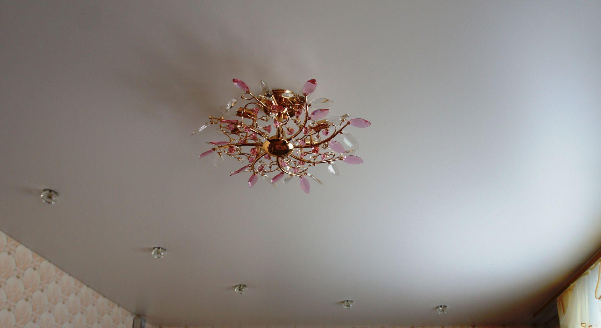 Матовый потолок с люстрой